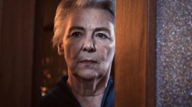 Genkendelig. Det er den samme kvinde, som optræder i Erik Ballings film 'Pigen Gogo' fra 1962 og i den islandske instruktør Fridrik Thor Fridrikssons 'Mamma Gógó' 48 år senere. Men folk tror ikke på, at det er den samme skuespillerinde, forklarer Fridriksson, som synes, at hun ligner sig selv.