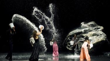 Kropsligt. Billederne i 'Pina' er vidunderligt vanvittige i deres gennemført umulige æstetik. For det er lykkedes for Wim Wenders at skabe et portræt af dansens verden, så tilskueren selv investerer sin krop i oplevelsen undervejs gennem filmen. Også den tilskuer, der aldrig før har hørt om Pina Bausch.