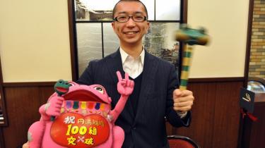 Skilsmisseplanlægger Hiroki Terai med to af sine vigtigste rekvisitter: Den grønne hammer, som skilsmisseparret i deres sidste fælles gerning skal bruge til at smadre deres vielsesringe, og den lyserøde papmachefrø,   i hvis mund de ødelagte ringe skal placeres.