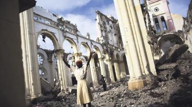 To år efter, at jordskælvskatastrofen ramte Haiti, er genopbygningen ikke nogen stor succes. Manglende styring og politisk kaos har betydet, at et vellykket nødhjælpsprojekt aldrig er blevet et vellykket genopbygningsprojekt. Og spørgsmålet er, hvor lang tid Haitis ledelse har, før pengene forsvinder