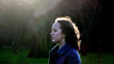 Olga Ravns debutdigsamling 'jeg æder mig selv som lyng' har undertitlen 'pigeliv' som en art reference til digterforgængeren Tove Ditlevsen. Men hos Ravn er forbindelsen mellem bevidsthed og krop mere udtalt – og ambivalent.
