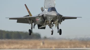 Italien deltager stadig i udviklingen af det amerikanske kampfly Joint Strike Fighter F-35  – selv om det er blevet så forsinket og fordyret, at bl.a. briterne har trukket sig fra projektet.