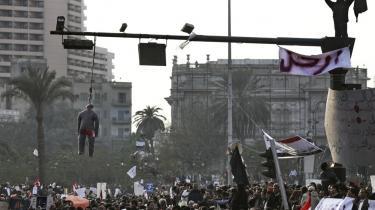 Oprør. Den egyptiske forfatter Ahdaf Soueif var en af de demonstranter, der fredag efter fredag mødte op på Tahrirpladsen i Kairo for at protestere mod regimet og for præsident Hosni Mubaraks fald. Nogle dage brugte demonstranterne rekvisiter som stærke symboler som eksempelvis en hængt dukke.