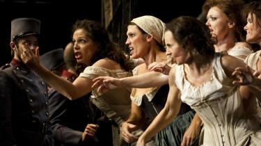 Det Kongelige Teater vil ende som en 'udmærket provinsscene'. Det mener en ekspert vil være konsekvensen af, at to af teatrets største stjerner i går valgte at sige op i protest.