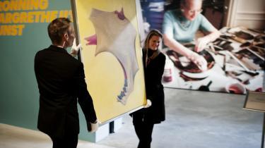 Det nyeste fra dronningens pensel er en serie malerier med knaldgul bundfarve med nogle uvisse, men skarpt tegnede former i midten med en særlig lyserød kødfarve a la Francis Bacons. Måske inspireret af arkæologi, understreger majestæten.