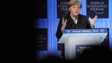 Ultimatum. Enten går vi under, eller også centraliserer vi magten og opgiver national suverænitet. I må vælge mellem nationalt demokrati og økonomisk overlevelse. Sådan lød den tyske kanslers besked til Europa i Davos.