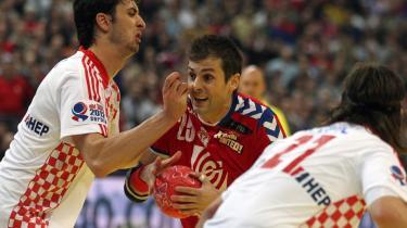 Serbiens Dalibor Cutura bryder igennem det kroatiske forsvar i semifinalen ved håndbold-EM   i fredags.