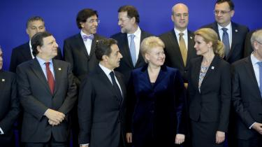 EU-ledere gør sig klar til det obligatoriske famliefoto ved mandagens EU-topmøde i Bruxelles. EU's regeringschefer blev enigen om en finanspagt, som ifølge flere økonomer vil betyde, at landene fremover får svært ved at føre ekspansiv finanspolitik under lavkonjunkturer.