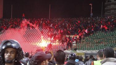 Drabelig tumult på stadionet i Port Said ondag aften, der endte i en tragedie. Tribunerne brænder, selve banen er fyldt med fans i slagsmål, der trods ret meget politi endte med, at 74 blev dræbt.