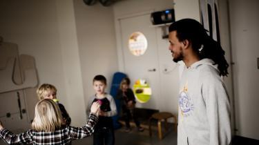 Ibu Geertsen er pædagog i en børnehave på Christianshavn, hvor de er begyndt aktivt at håndtere mobning blandt de mindste. Hans ekspertise kunne der blive god brug for på Christiansborg, hvor nye MF'er mener, tonen er meget barnlig.