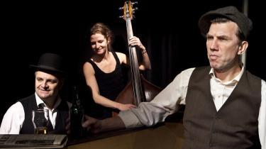Jesper Lohmann spiller på hele spektret fra betragterarrogance til svedig angst i kabareten 'Sange fra en fribytter' på Café Liva. Her med pianisten Bjarne Sahl og bassisten Eva Malling.