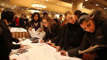 Ivrige jobsøgende newyorkere flokkes om et firmas stand, der søger nye ansatte på Manhattan. Økonomien synes at være i bedring, og fredag kom nye tal, der bekræftede det, idet der alene i januar i år blev skabt 243.000 nye job, og ledigheden er den laveste i tre år med 8,3 pct.