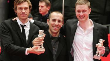 Manuskriptforfatter Rasmus Heisterberg, instruktør Nikolaj Arcel og skuespiller Mikkel Boe Følsgaard fejrer, at filmen 'En kongelig affære' vandt to priser ved Berlinalen.