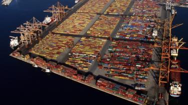 Er et kinesisk selskabs overtagelse af havnen i Piræus et brohoved for erhvervsmæssig og finansiel krisehjælp til et nødstedt EU — eller en trojansk hest for den ny økonomiske supermagts ekspansionsstrategi? Meningerne er delte, billedet er klart: Kineserne er på vej