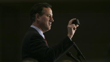 Senator Rick Santorum viser et stykke olieindsmurt kul frem på et vælgermøde i Detroit. Præsidentkandidaten taler for øget olie- og gasudvinding og latterliggør samtidig den nu 'underkendte' påstand om menneskeskabt global opvarmning.