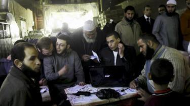 Retter ind. Selv salafisterne, der her agiterer op til valget i Egypten, har taget springet ind i det politiske felt og dannet partier, skønt de i islams navn bestrider selve ideen om politiske partier. Men de ved, at uden parlamentarisk repræsentation, mister de deres indflydelse.