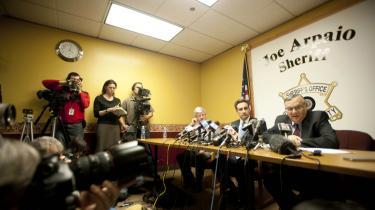 Sherif Joe Arpaio (t.h.) er en populær mand blandt de republikanske politikere, der håber at blive partiets præsidentkandidat. De er vilde med hans hårde tilgang til illegale indvandrere i Arizona, men ikke alle deler deres begejstring. Det amerikanske justitsministerium har indledt en efterforskning af, hvorvidt sheriffen har gjort sig skyld i 'racial profiling'.