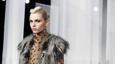 Når man hyrer tynde mænd som supermodellen Andrej Pejic til at vise kvindetøj på catwalken, vidner det om en modebranche med et forvirret kropsideal, mener dagens kronikør.