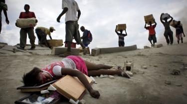 En pige er blevet skudt under plyndringer efter det voldsomme jordskælv, der i 2010 ramte Haiti. Fotografiet af Jan Dagø blev bragt i flere medier, og han modtog priser for sine billeder fra Haiti, blandt andet vandt dette foto førstepræmien ved Days Japan i 2011.