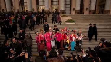 Næsten 3.000 delegerede  ankom i går til Folkets Store Hal i Beijing, hvor premierminister Wen Jiabao traditionen tro skulle holde sin årlige tale om regeringens resultater i det forgangne år og målene for det kommende. Han sagde blandt andet, at man vil arbejde hårdere på at komme korruption i egne rækker til livs og reducere regeringensapparatets administrative udgifter.