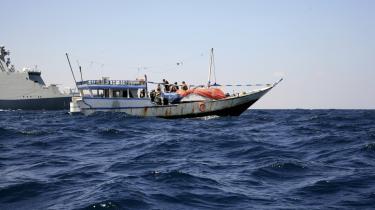 Det danske krigsskib Esbern Snare undersøger et pirat-moderskib, efter at sidstnævnte var blevet standset med varselsskud. Om bord var 16 somaliere samt to yemenitiske gidsler.