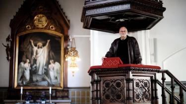 Er det et udtryk for kirkens kapitulation eller en nødvendig fornyelse af prædikenen, når danske forfattere overtager prædikestolen fra præsten? Teologer er forargede og kalder forfatternes indtog en tivolisering af kirken