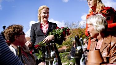 Her er Karen Hækkerup (bagerst t.h.) socialminister for Socialdemokraterne, ude at arbejde for folkeligheden – et projekt, der inkluderer tilnærmelser til DF.