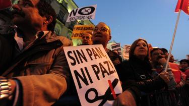 /h4> I forrige uge indkaldte den europæiske fagbevægelses sammenslutning ETUC til protest mod angreb på sociale rettigheder. Særligt i Spanien var mange på gaden, her i Madrid under bl.a. parolen 'Uden brød, ingen fred'.