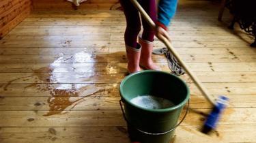 Kvinder og mænd vil bruge lige meget tid på husholdnings- og erhvervsarbejde i 2023. Det forudser ny rapport fra Rockwool Fonden. Bag tallene står kvinder dog stadig for tøjvask og servicejob, mens mændene gør-det-selv og gør karriere