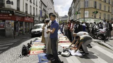 Frankrigs muslimske middelklasse er trætte af den mistænkeliggørelse og mangel på accept, mange mener præger den franske præsidentvalgkamp. Senest har Frankrigs præsident Sarkozy gjort det lovpligtigt med mærkning af halalkød.