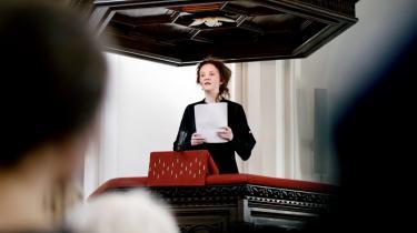 Forfattergudstjeneste. Ursula Andkjær Olsen fortæller de tilhørende til gudtjeneste på Østerbro i søndags, at hun drømmer om det konfliktfrie, længes efter et sted uden splid og er imod døden.