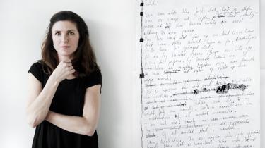 Kirsten Hammann og en del af hendes håndskrevne manuskript til debutromanen 'Vera Winkelvir' fra 1993.
