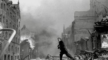 Den 21. marts 1945 befandt der sig 529 personer på Den Franske Skole på Frederiksberg. 482 var børn. 86 af dem døde, da britiske bombefly ved en fejl ramte skolen i stedet for Shellhuseti nærheden. På et øjeblik blev Den Franske Skole forvandlet til et bombekrater