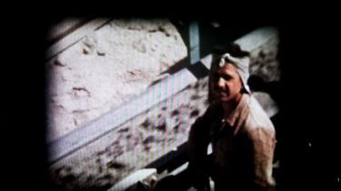 Fra 1958 til 1962 arbejdede Erik Meldgaard som arkitekt i FLSmidths asbestmine på Cypern. Han husker årene som de bedste i sit liv, og støvet fra asbestproduktionen tænkte han ikke nærmere over. I dag kan han ikke forstå, hvorfor FLSmidth ikke fortalte om faren
