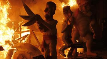 Rend os. Spaniere brænder dukker af den spanske premierminister Mariano Rajoy og den tyske kansler Angela Merkel af til den årlige Fallas-festival i marts. Og foragten fra befolkningerne har EU's politiske elite nedkaldt over sig selv, mener filosof Jürgen Habermas.