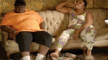 I underklassen er de klassiske værdier brudt sammen, og middelklassen er revnende ligeglad. Billedet er fra filmen 'Precious', der skildrer livet for en ung, fattig mor i USA.