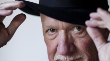 Ingolf Gabold var oprindeligt komponist af musik, der var så smal, 'at man kunne sparke den op i røven på en lærke'. Her, i anledning af at han forlader posten som dramachef i DR, forklarer han, hvordan det i virkeligheden var meget logisk, at han blev dramachef for de store, folkelige og internationale serier i Danmarks Radio. Han kalder dem postmoderne