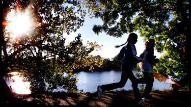 Skolebørn i gang med en lektion i hvordan man drager omsorg for sig selv ved skolernes motionsløb