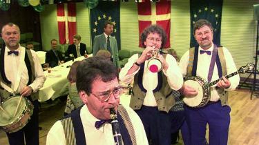 Victoria Jazzband spreder hygge ved en valgaften i forbindelse med afstemningen om Amsterdamtraktaten. Står det til dagens kronikør, kan de godt begynde at støve instrumenterne af til afstemningen om finanstraktaten.