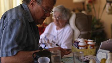 Sygeplejerske Steve Van Dyke tilser Mildred Herman, 91 år, i Denver, Colorado. Van Dyke arbejder som frivillig for en organisation, der yder hjælp til amerikanere uden sundhedsforsikring.