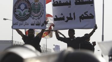 Egypterne mødte talstærkt op for at protestere mod den forfatningskommission, der i går trådte sammen for første gang for at påbegynde arbejdet med at udforme egypternes nye grundlov. Utilfredsheden skyldes hovedsageligt, at man er bange for, at islamisterne kommer til at dominere  både proces og resultat.