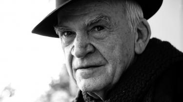 Skarpt. Når det i den grad er værd at læse Kunderas refleksioner i det lange såvel som i det korte format, er det ikke kun fordi, han skriver flot og iagttager skarpt. Det er tillige, fordi han i al sin blaserte belæsthed heldigvis har bevaret evnen til at undres