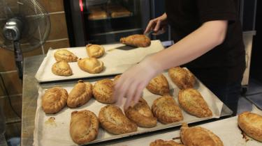 Briterne er glade for 'pasties', som mange spiser dagligt. Men de skal nu ifølge finansminister George Osborne stige med 20 procent – til stor frustration for briterne.