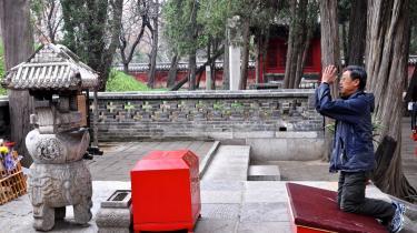 En mand beder foran Konfucius' grav i byen Qufu, hvor Konfucius blev født.