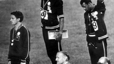 Budskab. Ved medaljeoverrækkelsen ved De Olympiske Lege i 1968 hævede løberne Tommie Smith (i midten) og John Carlos (th.) deres knyttede næver i en 'black-power'-salut. Synet af de to sorte idrætsfolk i åbent oprør på den internationale scene sendte et budskab til både Amerika og verden.