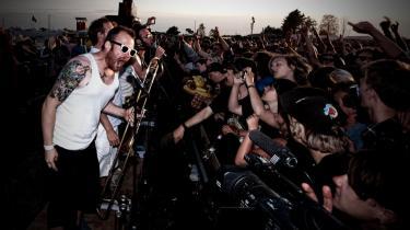 Von Dü kan sætte en hvilken som helst fest i flammer. De rt føjet ind i anmelderens lille bog med navne på bands, han bare må opleve live. Her sesVon Dü på Roskildes Orange Camp 2011.