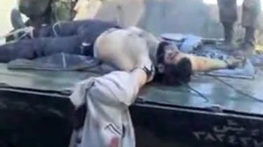 Et klip fra Youtube af en dræbt syrisk oprører, der bliver kørt rundt på en kampvogn i byen Homs af jublende sikkerhedsstyrker.