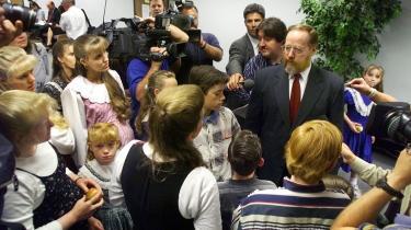 Polygamisten Tom Green (th.) står her omgivet af sine fem koner, hvoraf mindst to er gravide, og deres 25 børn, inden han i 2001 som den første i USA i over 50 år  blev sigtet for polygami. Det foregik ved retten i Provo i Utah i USA. Arkiv