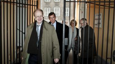 Farum-kommissionen med formand John Mosegaard forrest forlader Justitsministeriet efter at have afleveret sin beretning til justitsminister Morten Bødskov.