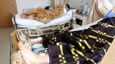 Flygtet. De sårede syriske flygtninge, der modtager behandling på hospitalerne i Tripoli – ofte fra landsmænd, læger og sygeplejersker, der også er flygtet – er bekymrede for, hvad der sker med den familie og de venner, de har efterladt i Syrien, og som de ikke har mulighed for at kontakte.